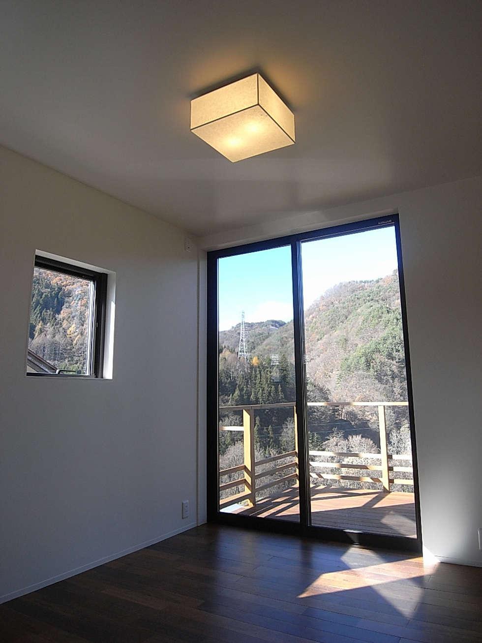 主寝室: Unico design一級建築士事務所が手掛けた寝室です。