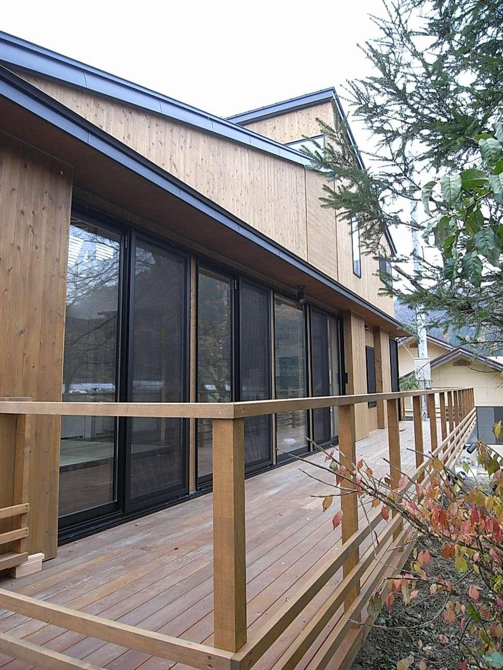 テラス: Unico design一級建築士事務所が手掛けたベランダです。