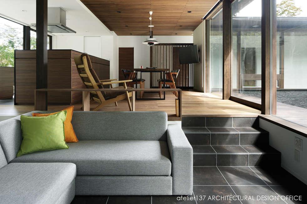 リビング~037軽井沢 I さんの家: atelier137 ARCHITECTURAL DESIGN OFFICEが手掛けたリビングです。