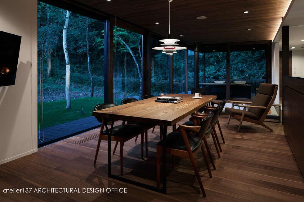 ダイニング夕景~037軽井沢 I さんの家: atelier137 ARCHITECTURAL DESIGN OFFICEが手掛けたダイニングです。