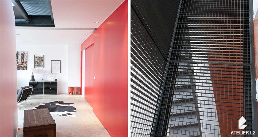 La passerelle: Couloir et hall d'entrée de style  par ATELIER L2