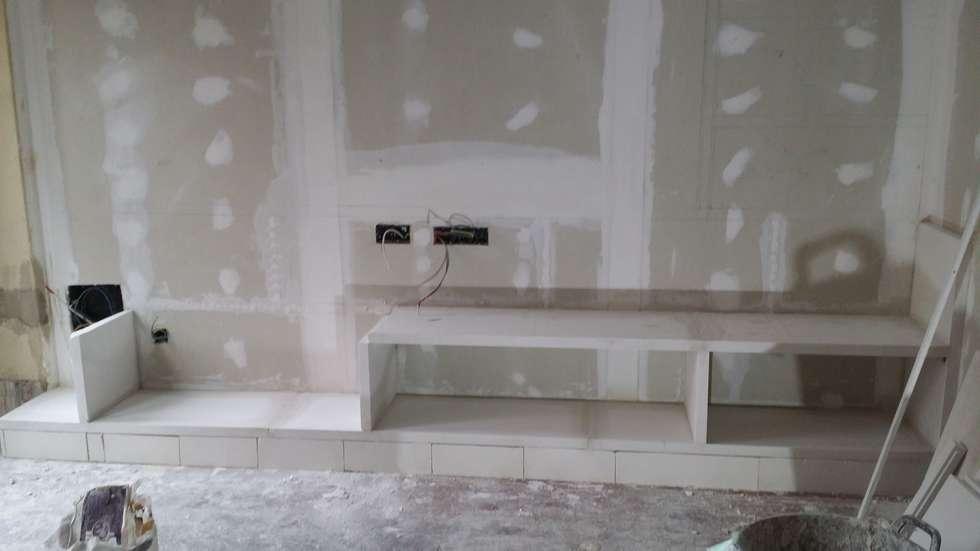 mueble en saln con estanterias de escayola de estilo de escayolas colunga - Muebles De Escayola