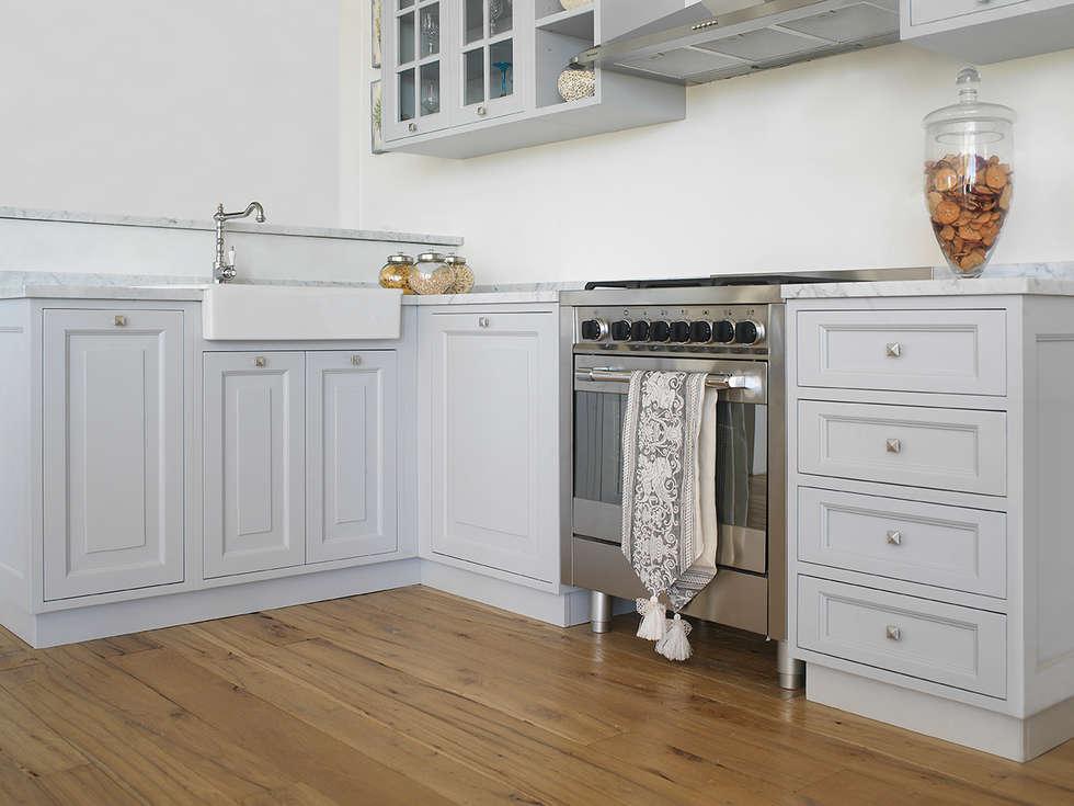 Cucina e pavimento: Cucina in stile in stile Mediterraneo di LA BOTTEGA DEL FALEGNAME