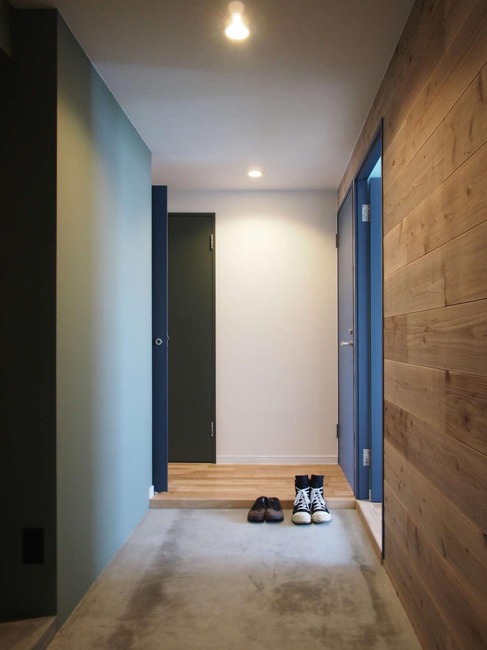 棚の家: 株式会社エキップが手掛けた玄関・廊下・階段です。