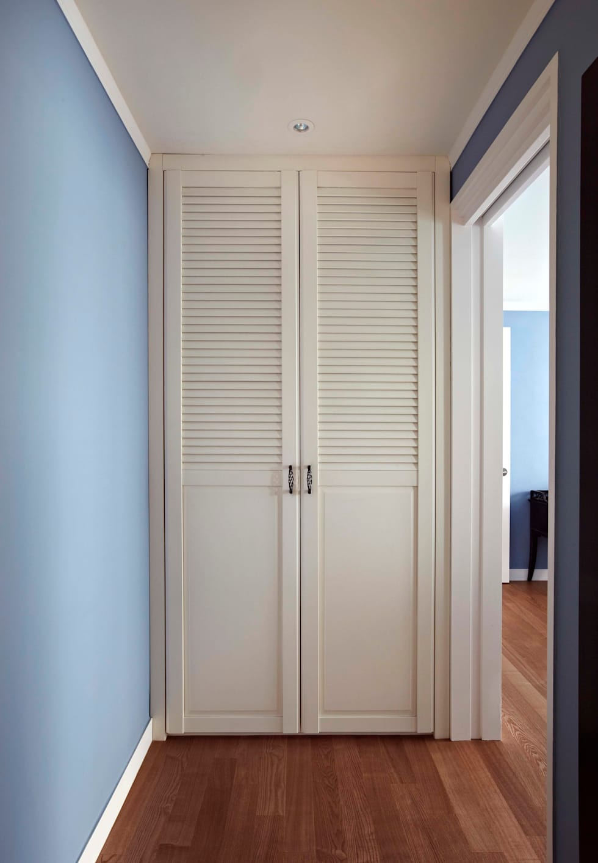 거실을 서재로 서재를 거실로 : housetherapy의  침실