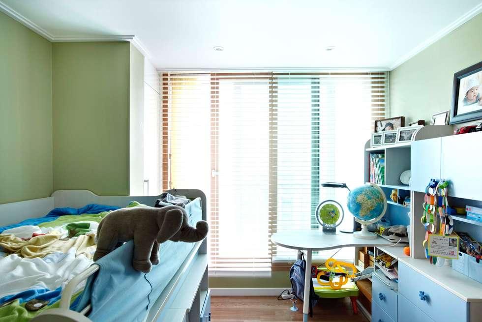 거실을 서재로 서재를 거실로 : housetherapy의  아이방