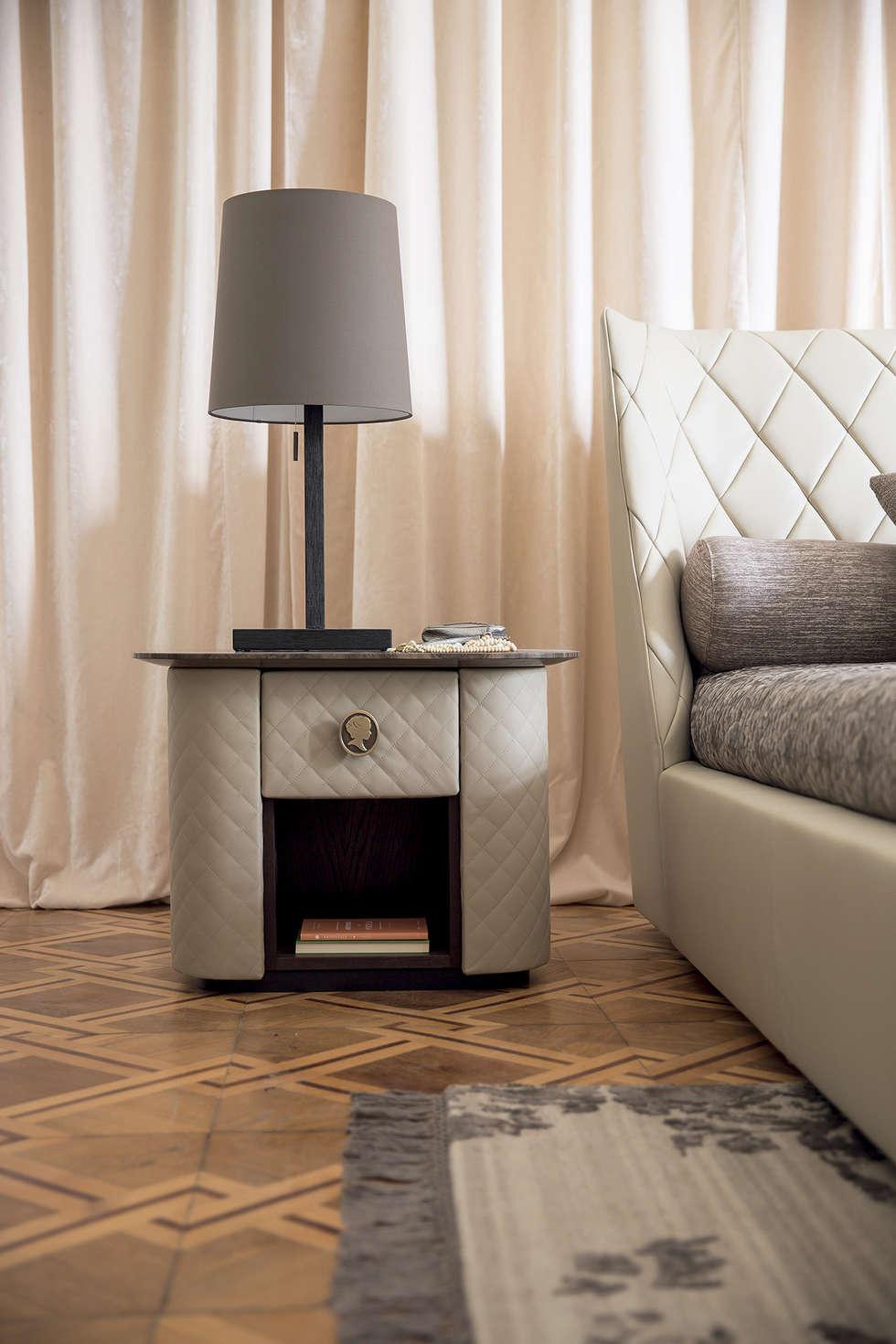 Camera da letto 1 - c: Camera da letto in stile in stile Classico di Alberta Pacific Furniture