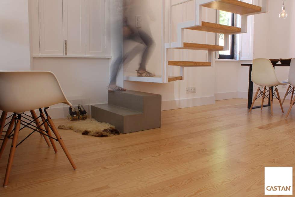 Revestimento de degrau em pedra: Salas de estar minimalistas por Castan
