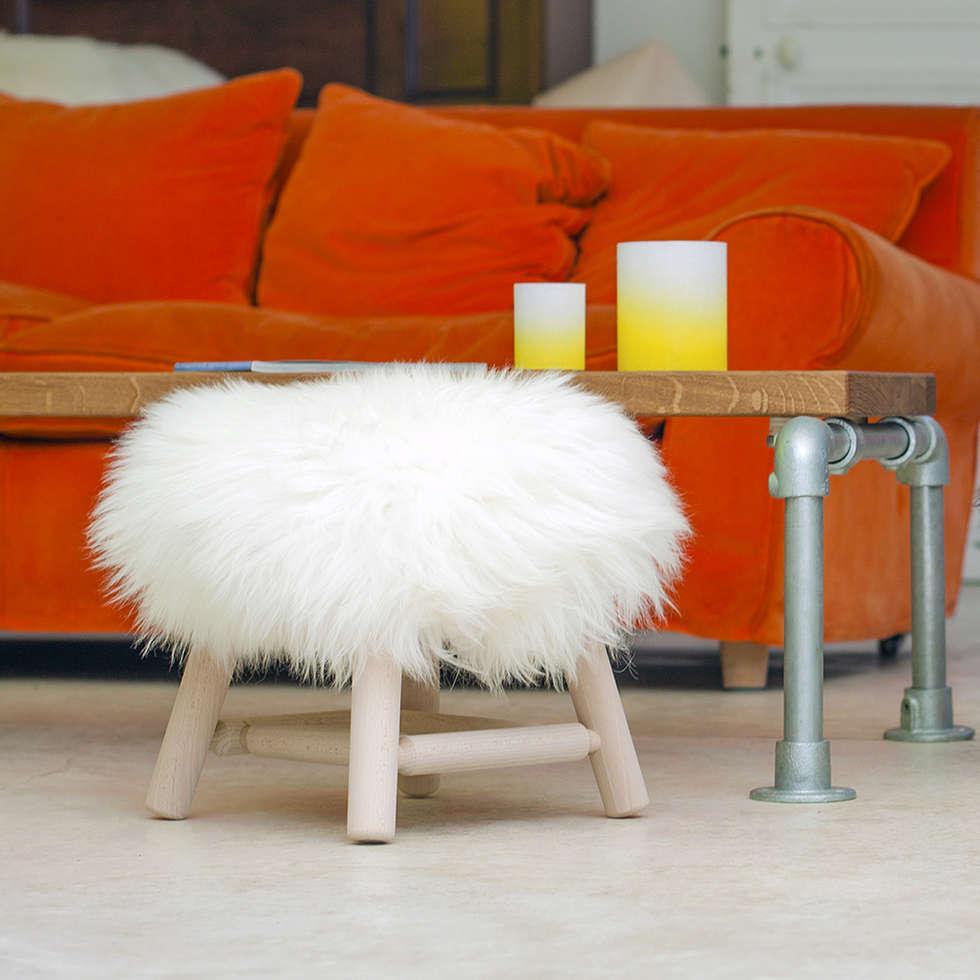 STOOL MOUMOUTE à poils courts blancs: Salon de style de style eclectique par FAB design