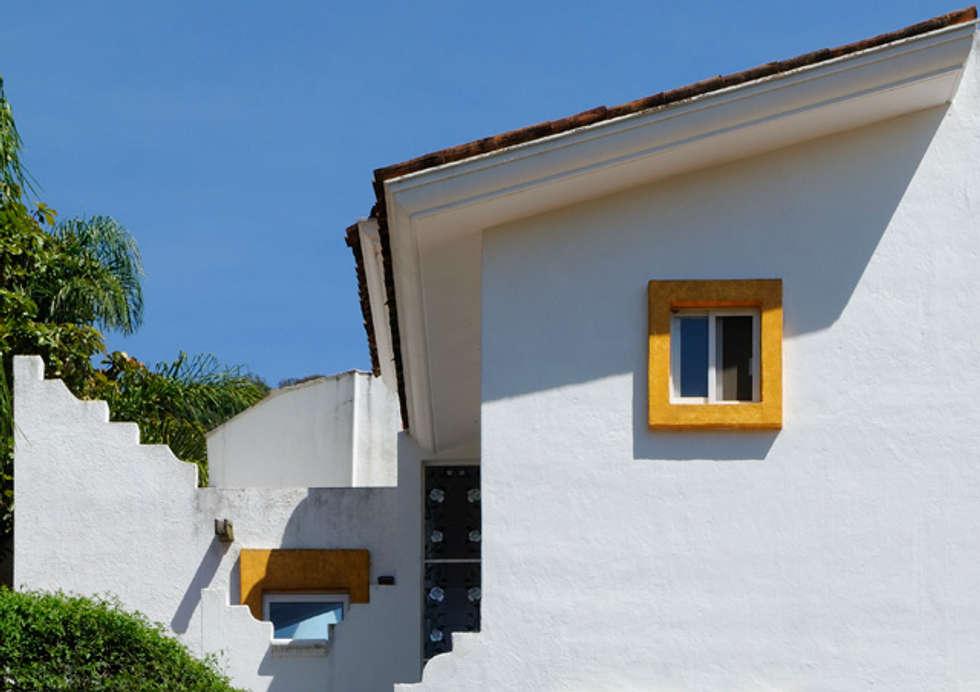 fachada de techos : Casas de estilo colonial por Excelencia en Diseño