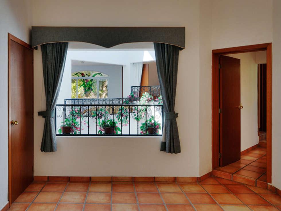 pasillo: Pasillos y recibidores de estilo  por Excelencia en Diseño