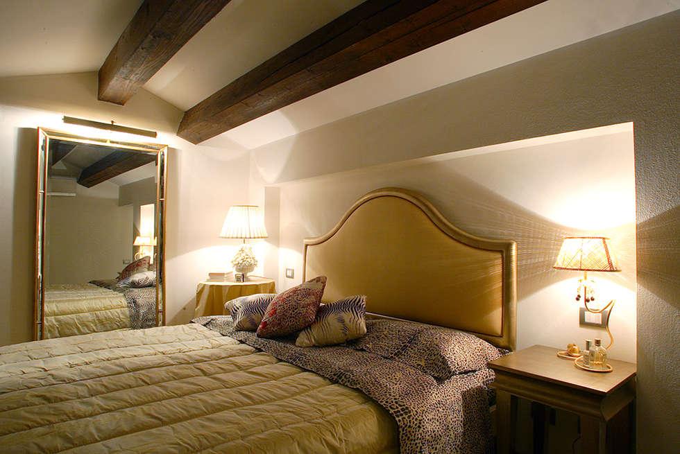 vista della camera padronale: Camera da letto in stile in stile Classico di bilune studio