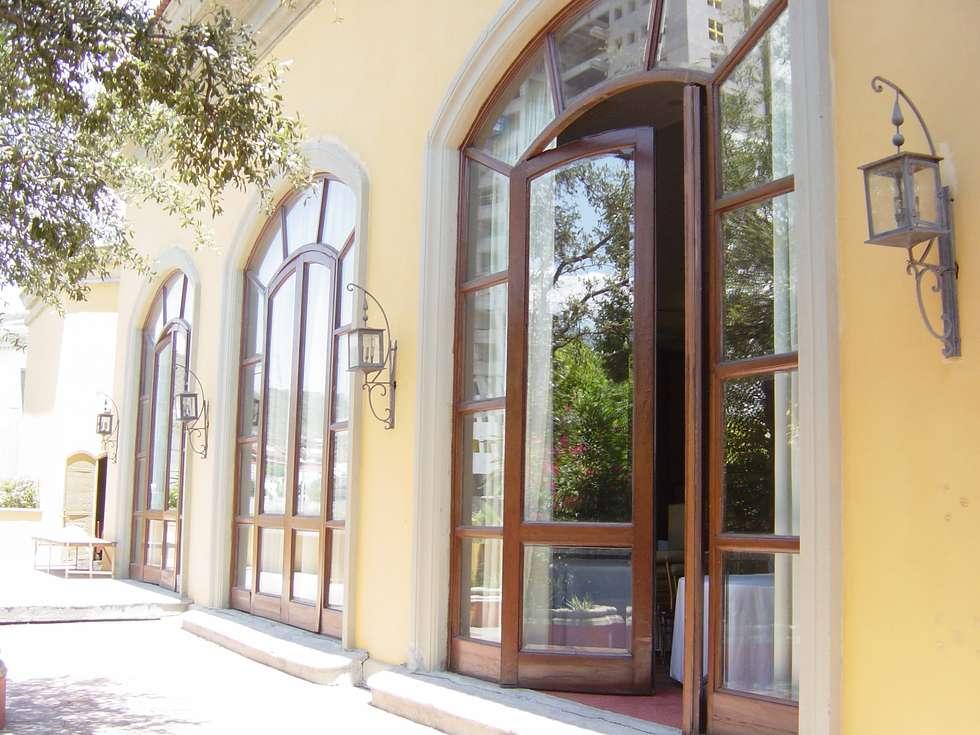 Fachada exterior antes de la remodelación: Casas de estilo colonial por Windlock - soluciones sustentables