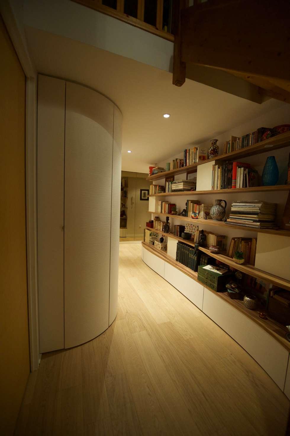Biblio-banquette: Couloir et hall d'entrée de style  par Blue Interior Design