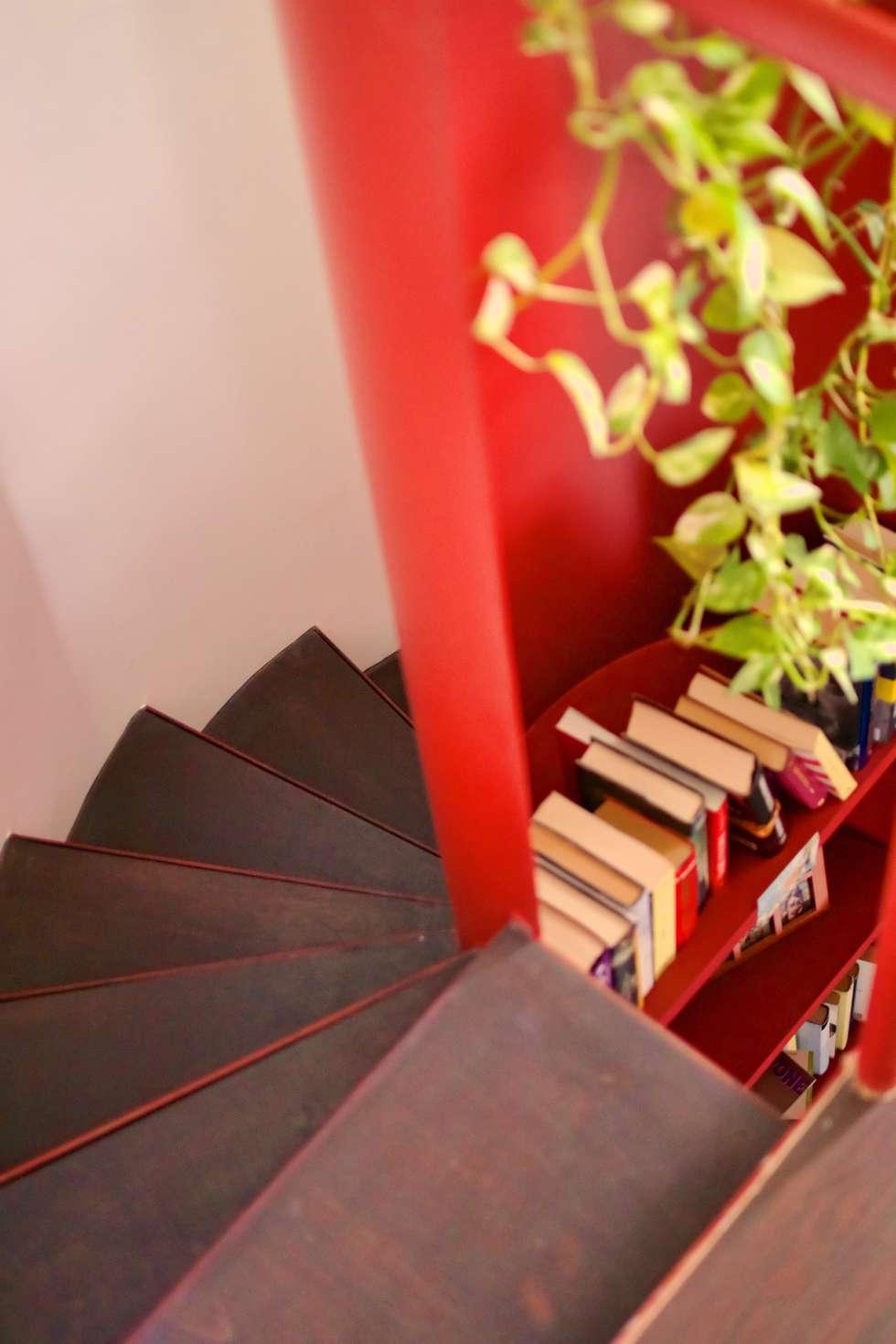 Dettaglio della scala in ferro: Ingresso & Corridoio in stile  di Giuliana Andretta Architetto