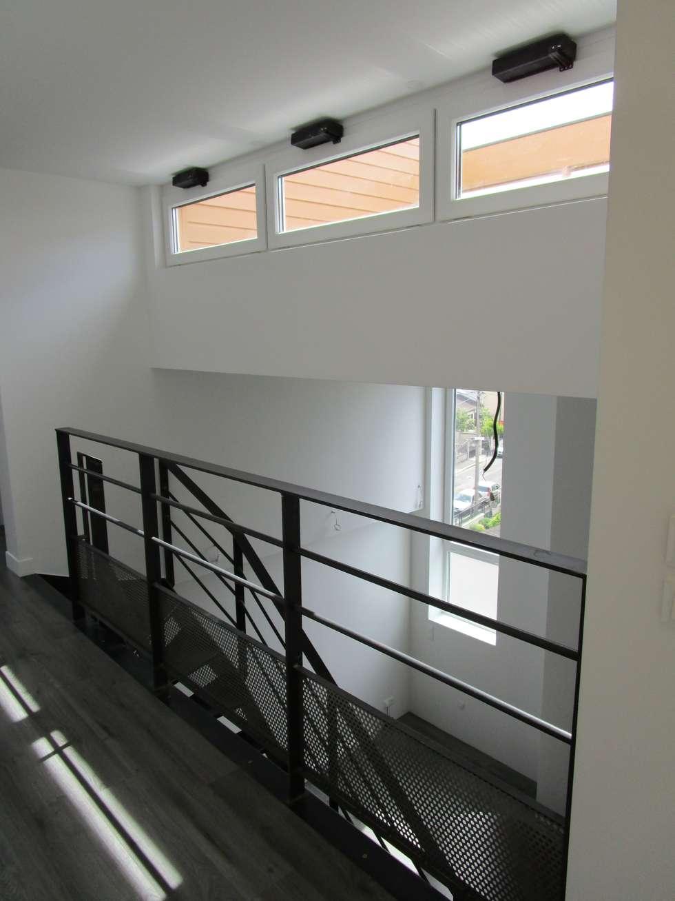 escalier métallique: Couloir et hall d'entrée de style  par Paula Bianco