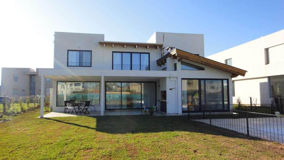 Contrafachada: Casas de estilo moderno por 2424 ARQUITECTURA