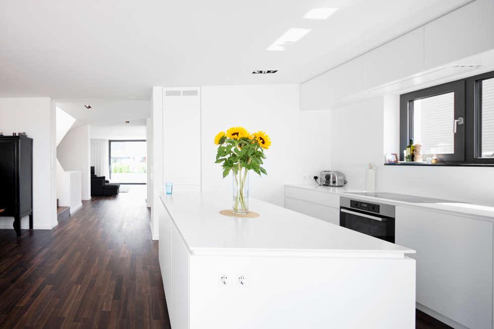 Wohnhaus Sürth: moderne Küche von Corneille Uedingslohmann Architekten