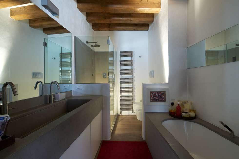 Il bagno padronale. : Bagno in stile in stile Moderno di cristina mecatti interior design