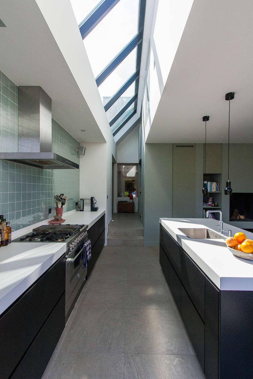 Woning te Vreeland: moderne Keuken door ScanaBouw BV