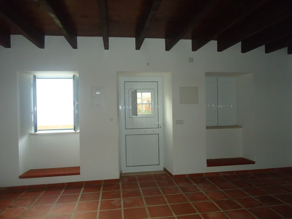 Sala de estar: Salas de estar rústicas por Atádega Sociedade de Construções, Lda