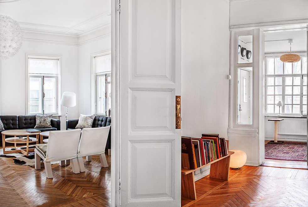 Pasillos, vestíbulos y escaleras de estilo  por K-Studio