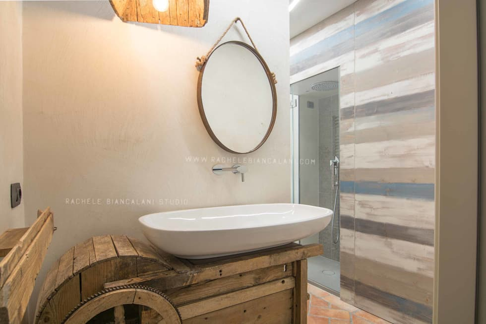 vintage old tool becomes a beautiful furniture: Bagno in stile in stile Industriale di Rachele Biancalani Studio