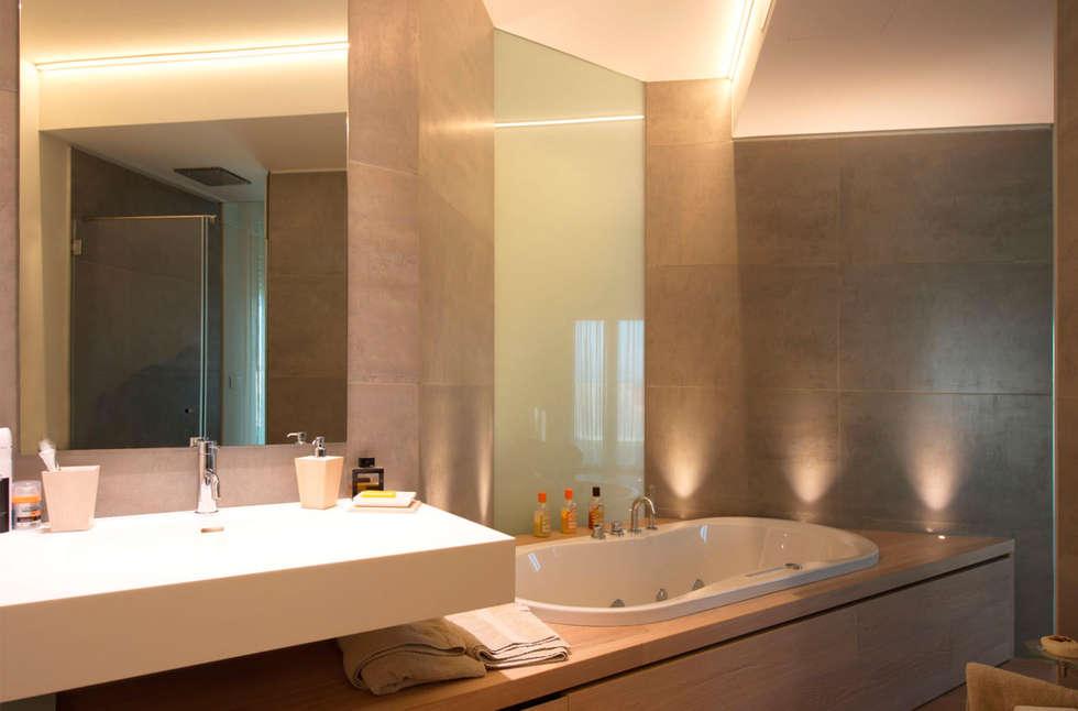 Progetto Attico: Bagno in stile in stile Moderno di STEFANIA ARREDA