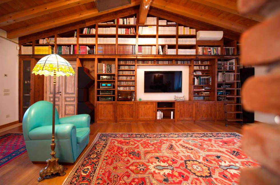 Ristrutturazione Villa a verona: Soggiorno in stile in stile Classico di STEFANIA ARREDA