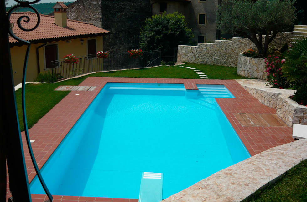 Ristrutturazione Villa a verona: Piscina in stile in stile Classico di STEFANIA ARREDA