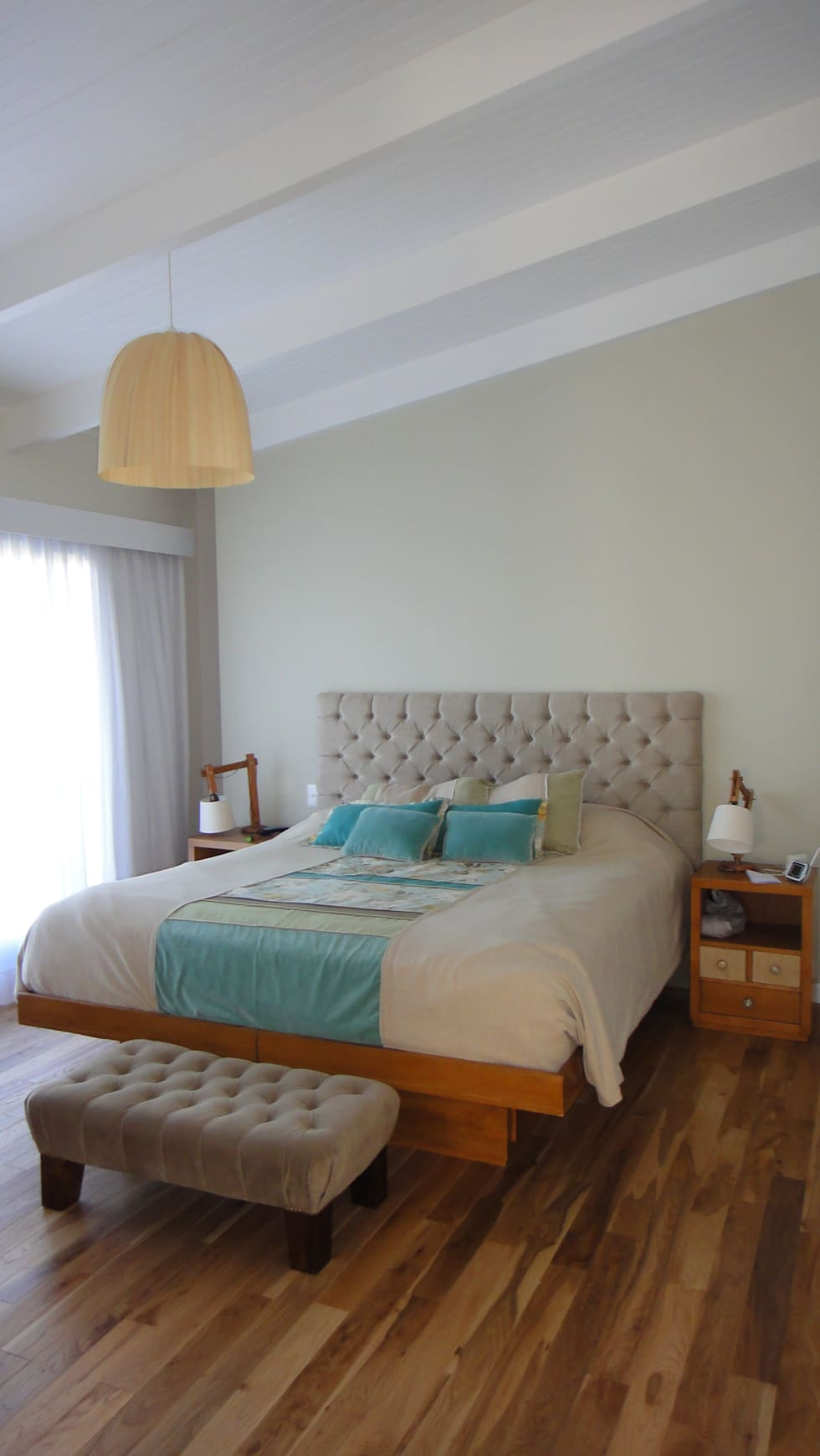 Dormitorio principal: Dormitorios de estilo moderno por 2424 ARQUITECTURA