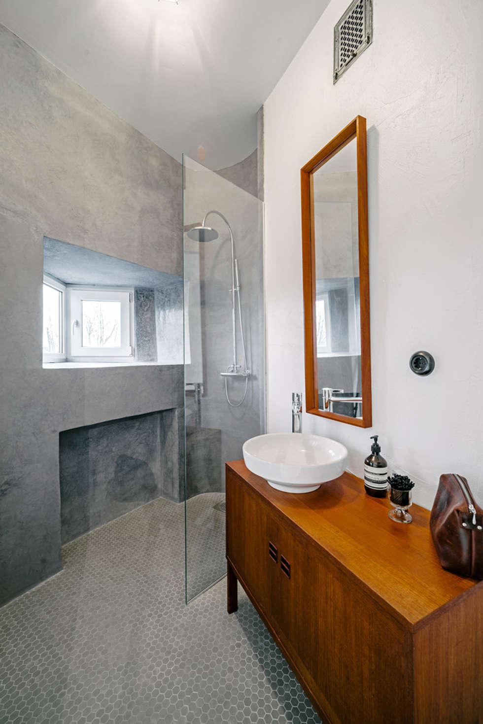 Bad in grau mit holzmöbel: skandinavische badezimmer von baltic ...