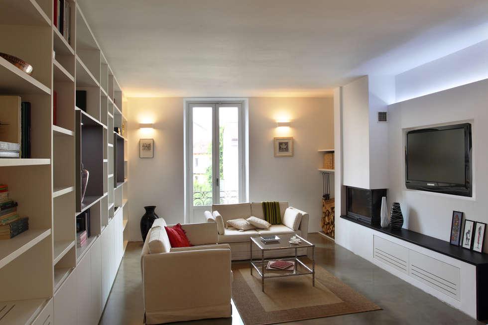 casa di ringhiera: Soggiorno in stile in stile Minimalista di studio ferlazzo natoli