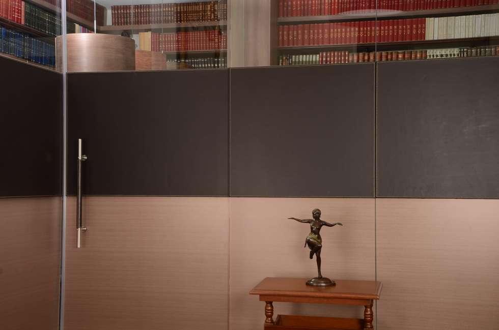 Peinazos en cuero para despacho.: Estudios y despachos de estilo moderno por Justiniano Alfonso