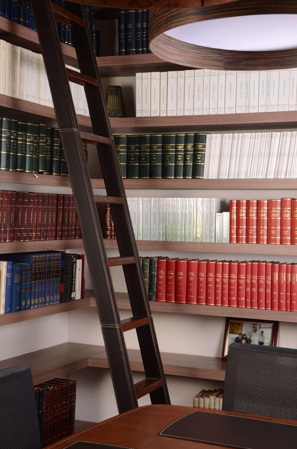 Escalera recubierta en cuero.: Estudios y despachos de estilo moderno por Justiniano Alfonso
