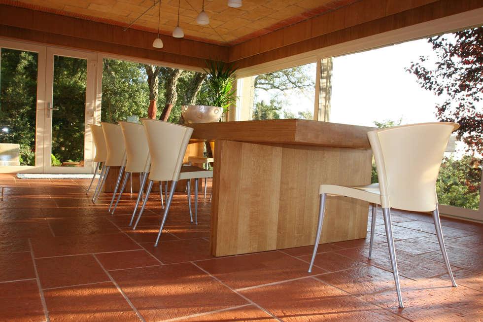 Pavimento Fabistone Secular : Salas de estar rústicas por Fabistone