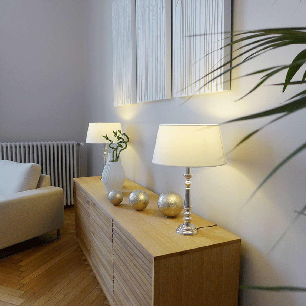 Un bahut surplombé de lampes et décorations murales: Salon de style de style Moderne par Skéa Designer