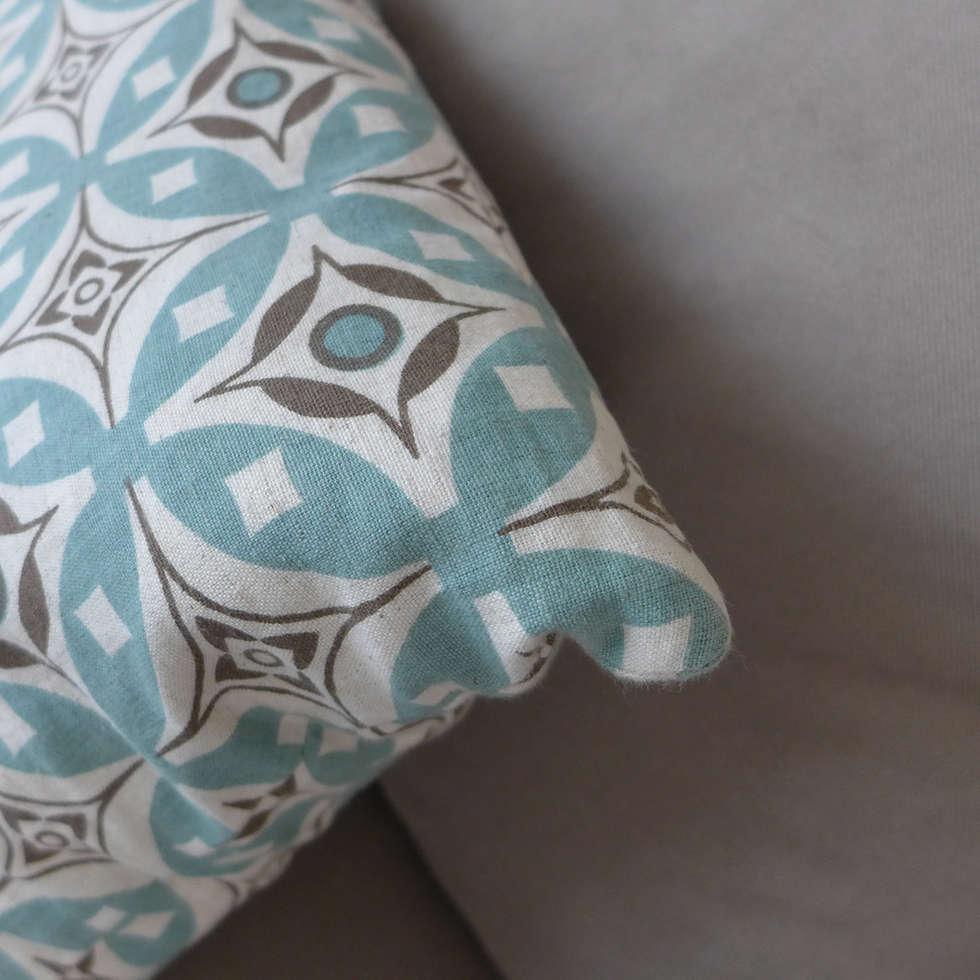 Coussins au motif géométrique: Salon de style de style Moderne par Skéa Designer