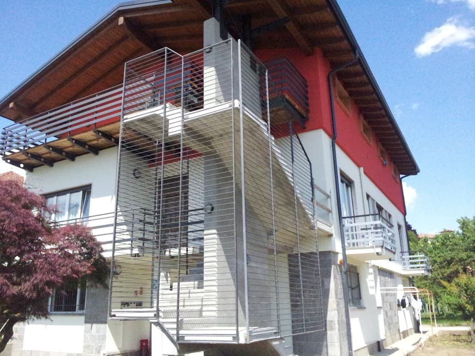 Vista esterna: Case in stile in stile Moderno di Studio Architetto Andrea Caravatti - progetto META