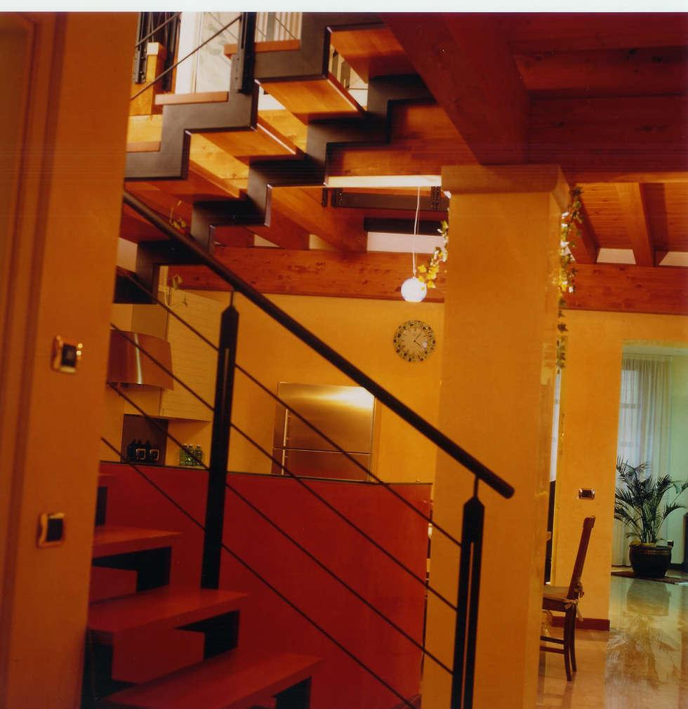 scala in legno e ferro: Ingresso & Corridoio in stile  di STUDIO ARCHITETTURA SPINONI ROBERTO