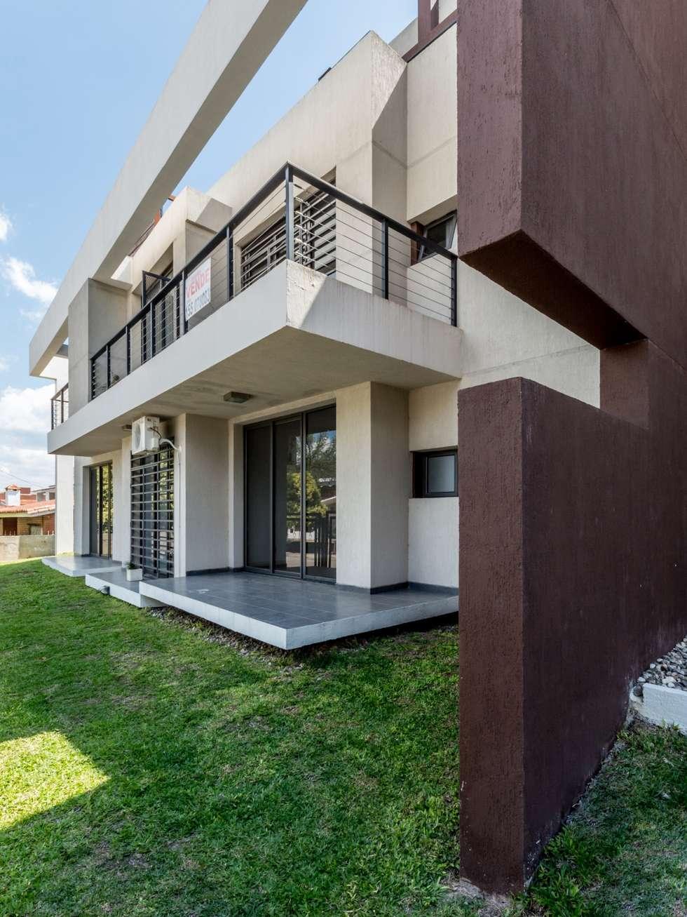FACHADA NORTE: Casas de estilo moderno por CELOIRA CALDERON ARQUITECTOS