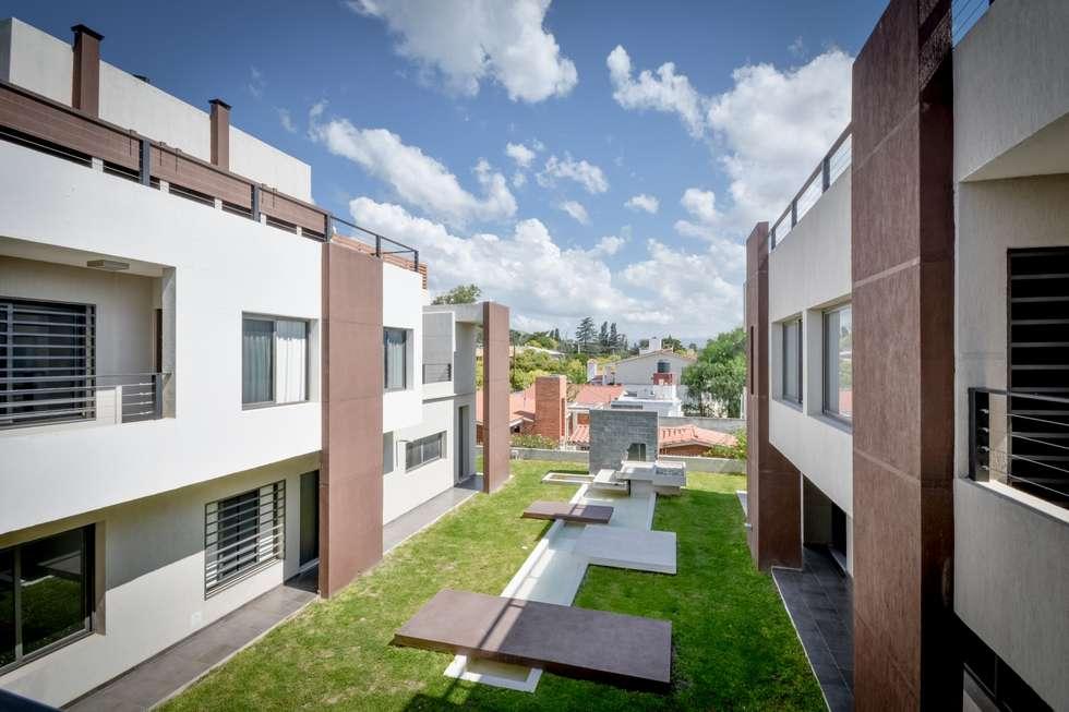 PATIO CENTRAL/FUENTE: Jardines de estilo moderno por CELOIRA CALDERON ARQUITECTOS