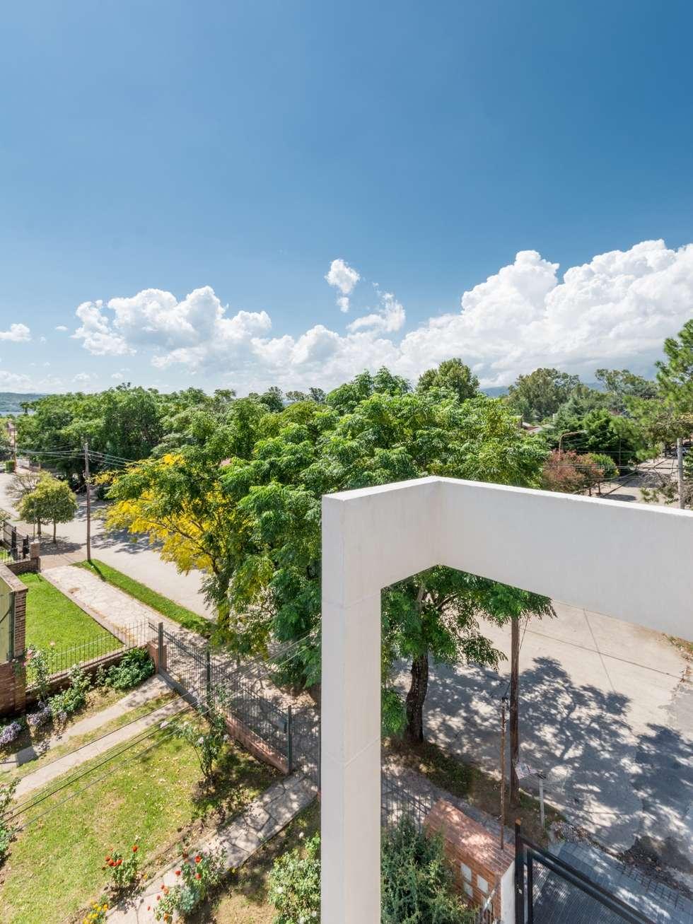 DETALLE/ENCUENTRO ENTRE VIGA Y COLUMNA: Casas de estilo moderno por CELOIRA CALDERON ARQUITECTOS