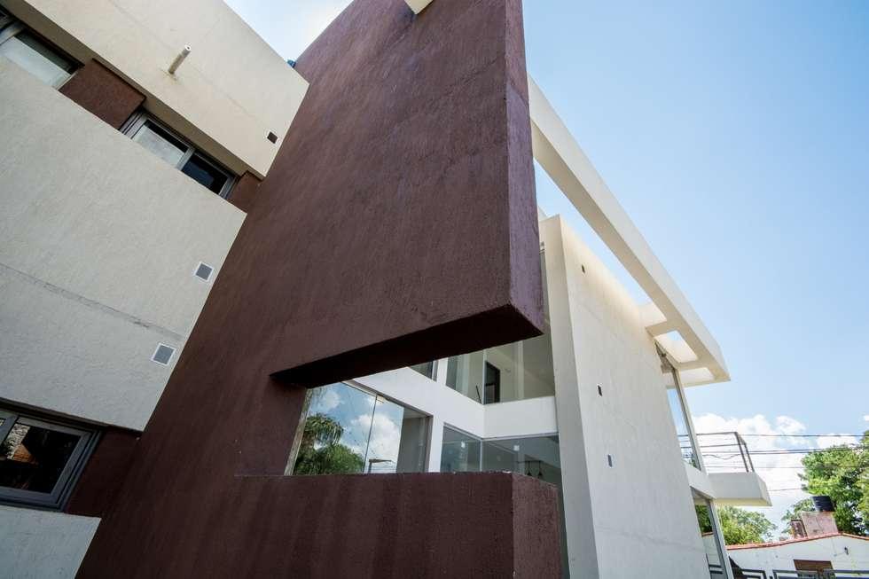 FACHADA ESTE: Casas de estilo moderno por CELOIRA CALDERON ARQUITECTOS