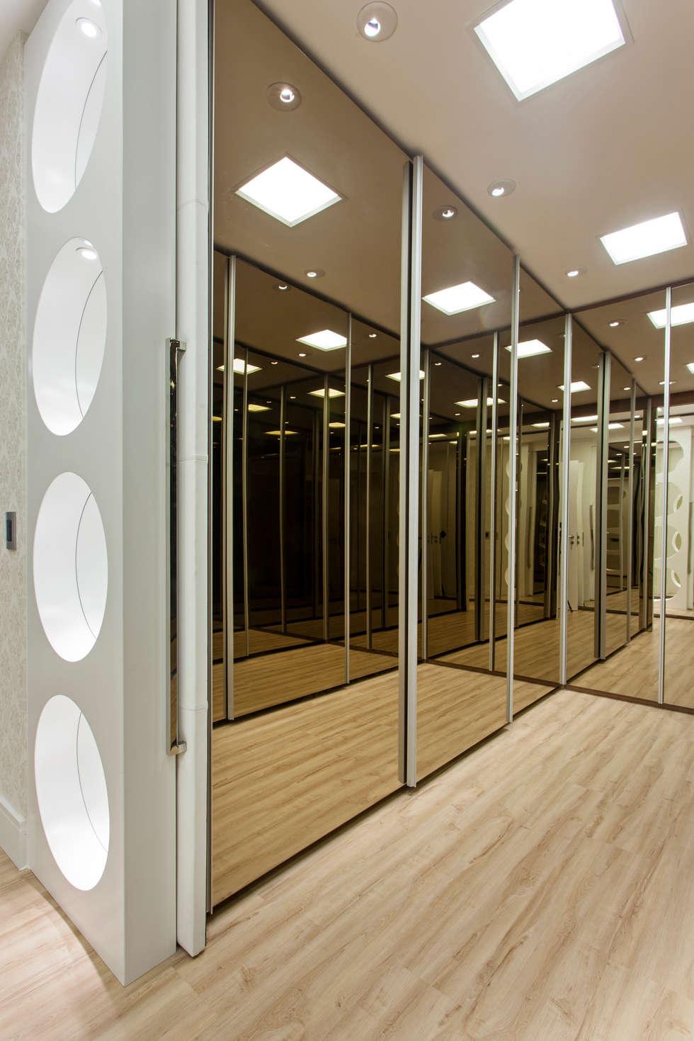 Apartamento Palazzo: Closets modernos por Designer de Interiores e Paisagista Iara Kílaris