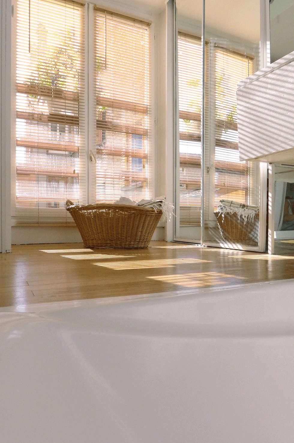 Une salle de bain avec baignoire encastrée: Salle de bains de style  par Skéa Designer