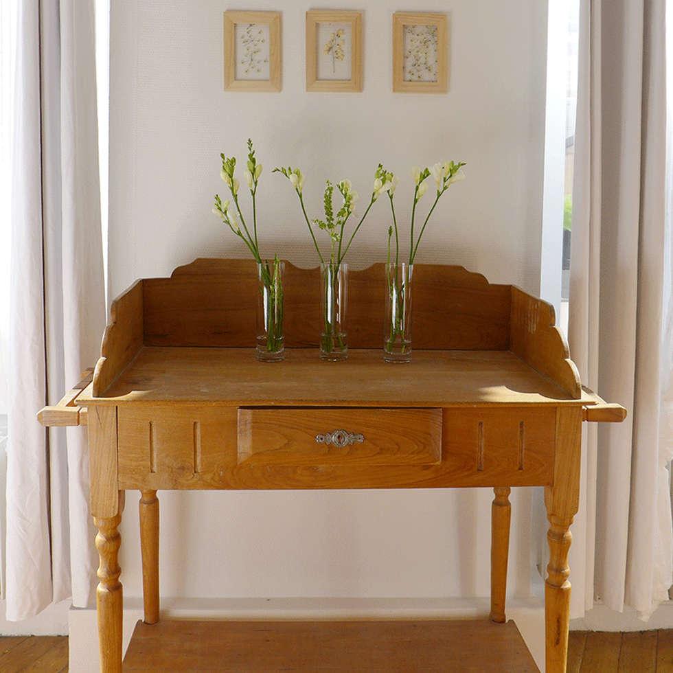 Un cabinet de toilette ancien en guise de décors pour le salon: Salon de style de style Classique par Skéa Designer