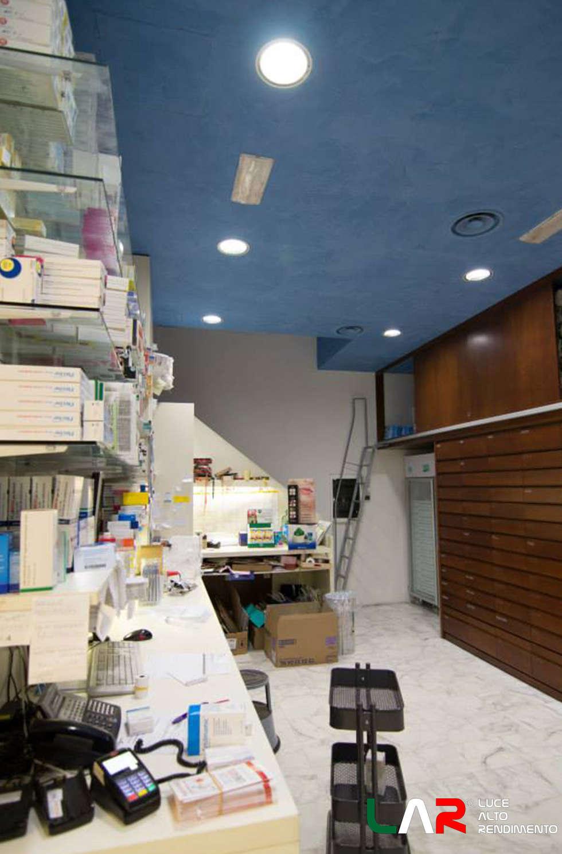 Illuminazione retro-negozio: Negozi & Locali commerciali in stile  di lar luce alto rendimento srl