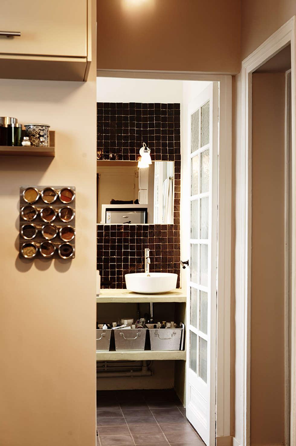 Salle de bain en zellige brun et tadelakt: Salle de bains de style  par Agence KP