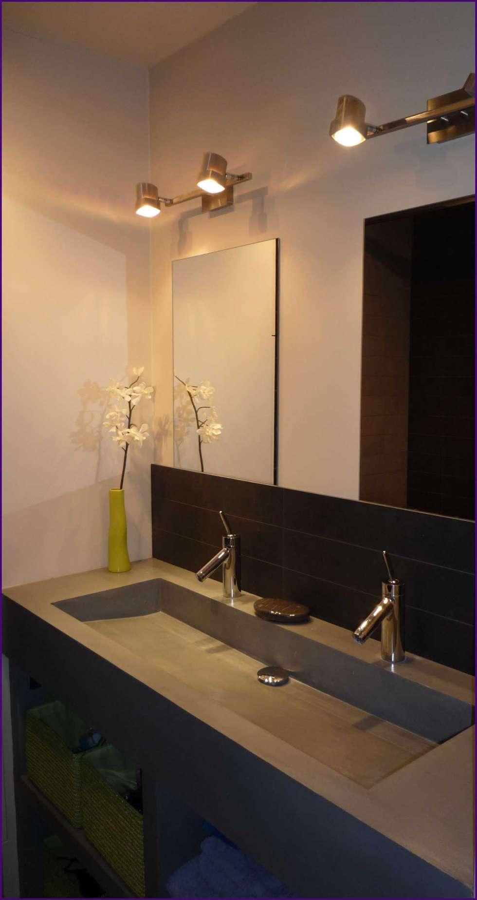 vasque sur mesure en béton: Salle de bains de style  par Agence KP
